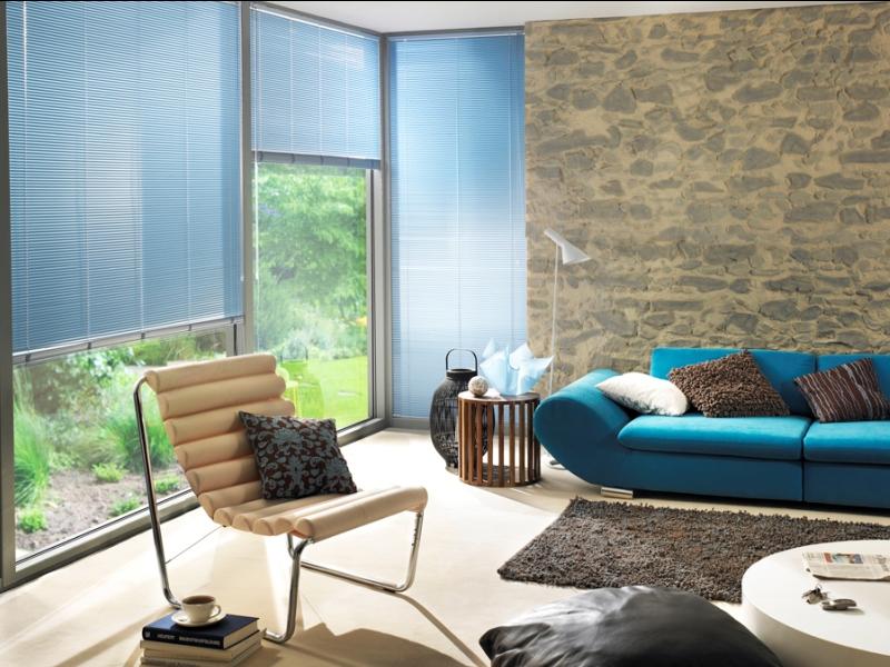 Нежные светлые жалюзи в интерьере квартиры