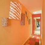 Оформление оранжевой стены в прихожей