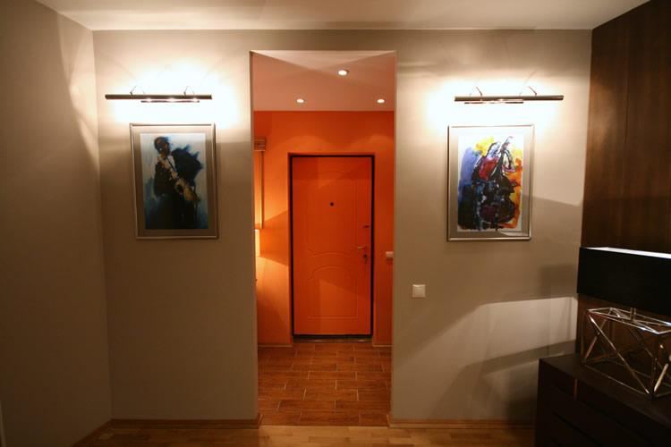 Оранжевая входная дверь в прихожей