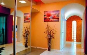 Оранжевые обои в интерьере просторной прихожей