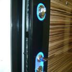Подсветка голубым цветом глазка и скважины в входной двери