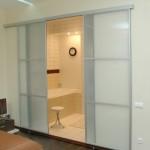 Прозрачная межкомнатная перегородка установленная в гостиной