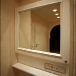 Размещение счетчика за зеркалом для его скрытия из интерьера