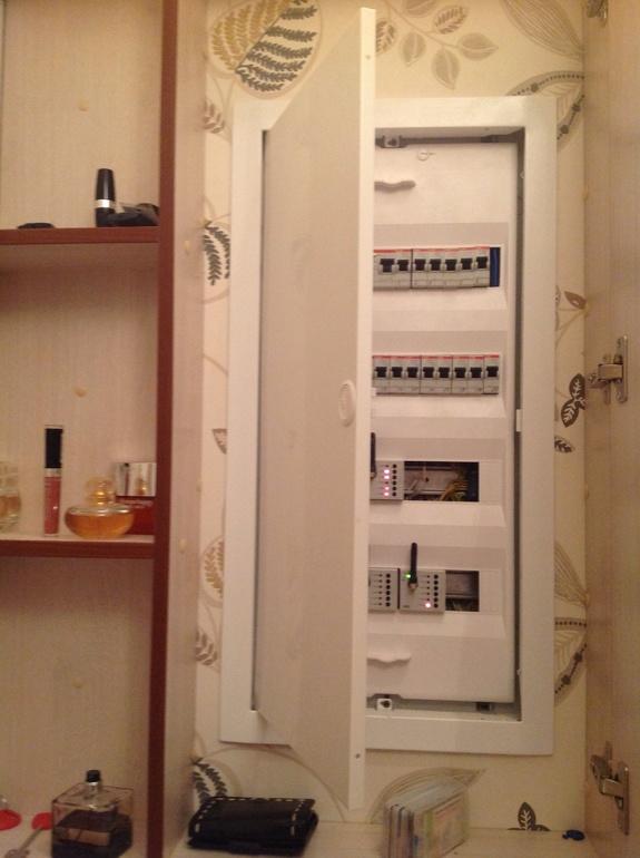 Шкафчик внутри стены для расположения электрического счетчика