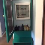 Счетчик внутри зеленого трюмо в прихожей