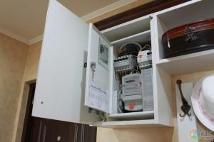 Скрытие счетчика в интерьере прихожей в шкафчике