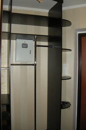 Сквозной шкаф в прихожей чтоб спрятать электрический счетчик