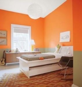 Сочные оранжевые стены в прихожей