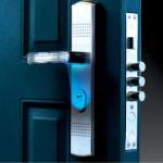 Светло-голубая подсветка для замочной скважины входной двери