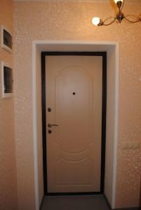 Светло-коричневая дверь входная