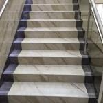 Светлые и темные тона керамогранита для создания ступеней для лестницы в доме