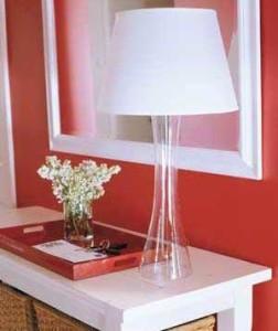 Столик и светильник в красной прихожей