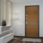 Темная входная дверь в белой прихожей