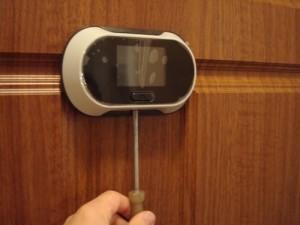 Установка современного дверного глазка с дисплеем