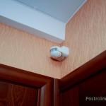 Установленный над потолком в прихожей датчик движения