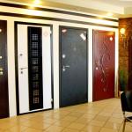 Входные двери с металлической ковкой и другим дизайном