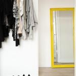 Желтое зеркало в офорлмении прихожей