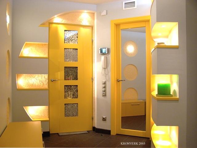 Яркие оранжевые дверные проемы в прихожей с хорошим освещением