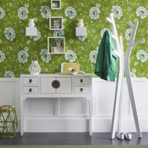 Прихожая с белоснежной мебелью и белыми цветами на обоях
