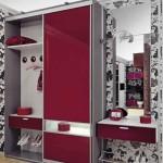 Практичный шкаф в красной прихожей небольшого размера