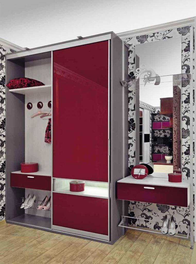 Практичный шкаф в красной прихожей небольшого размера - все .