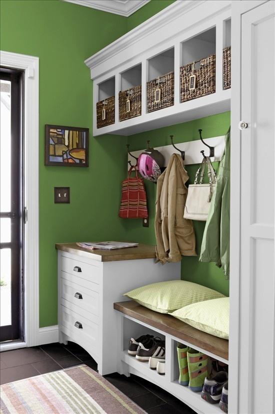 Тусклая зеленая отделка с белоснежной мебелью