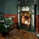 Использование кожи для обивки мебели в стиле ампир для прихожей