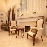 Белая мебель в прихожей в стиле барокко
