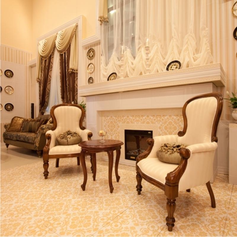 Белая обивка для мягкой мебели в оформлении стиля ренессанс