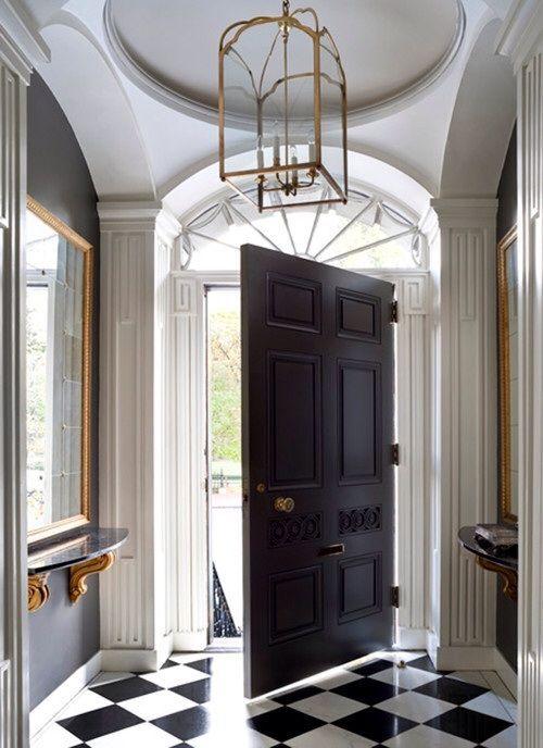 Черная дверь в оформлении прихожей в стиле барокко