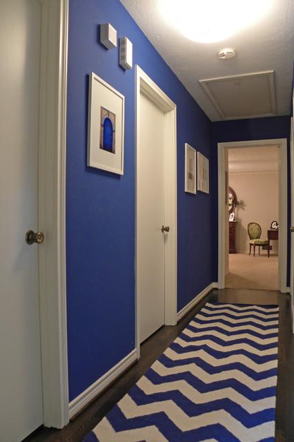 Синяя прихожая с декором в черном и белом цветах