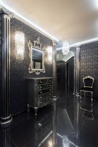 Прихожая в стиле барокко в черном оформлении