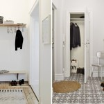Уютная небольшая прихожая с белой отделкой в скандинавском стиле