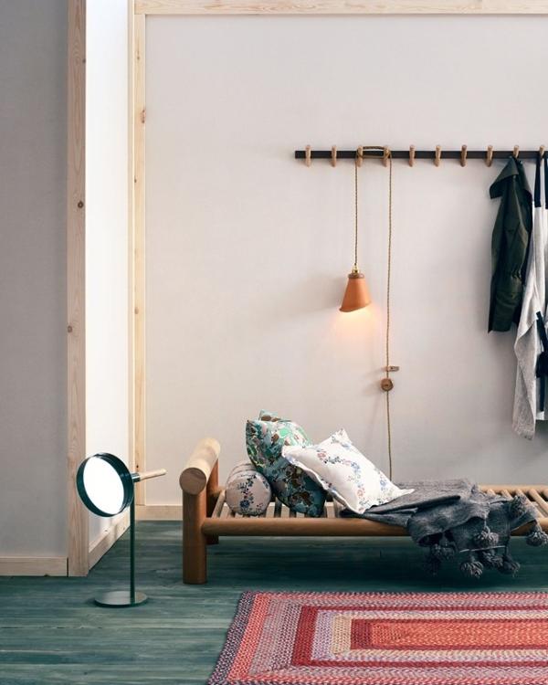 Простой дизайн прихожей с белыми обоями в скандинавском стиле
