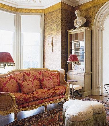 Мягкая мебель в оформлении просторной прихожей в стиле ренессанс