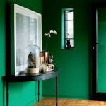 Яркая темная зеленая прихожая