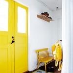Прихожая с желтыми цветами в интерьере