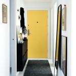 Прихожая с белой отделкой и дверью в желтом цвете