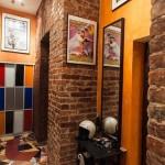 Интерьер в цветной гамме для стиля лофт в просторной прихожей