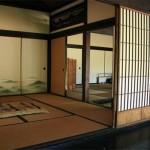 Потолок в прихожей с балками для создания оригинального японского стиля
