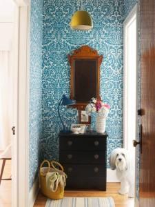 Оформление синей стены с узорами в прихожей