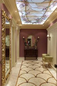 Витражный стеклянный потолок для изысканной прихожей в модерн стиле