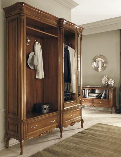 Мебель в стиле барроко с элегантными деталями в прихожей