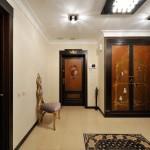 Сочетание светлых и темных тонов в барокко дизайне прихожей комнаты
