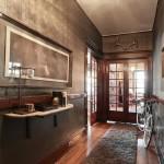 Классический дизайн просторной прихожей в приятных коричневых цветах