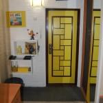 Необычная желтая дверь в прихожей