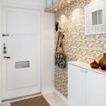 Красивый интерьер в кантри стиле с белой практичной мебелью в прихожей