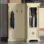 Шкаф с аккуратьными крючками для прихожей с дизайном кантри
