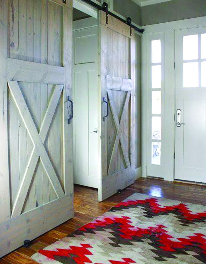 Раздивжные двери с эффектом состаривания для прихожей кантри стиля