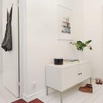 Цветные аксессуары для белой прихожей созданной в скандинавском стиле